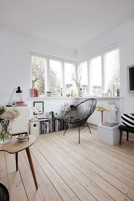 kampinis langas, kėdė, baltos sienos, medinės grindys
