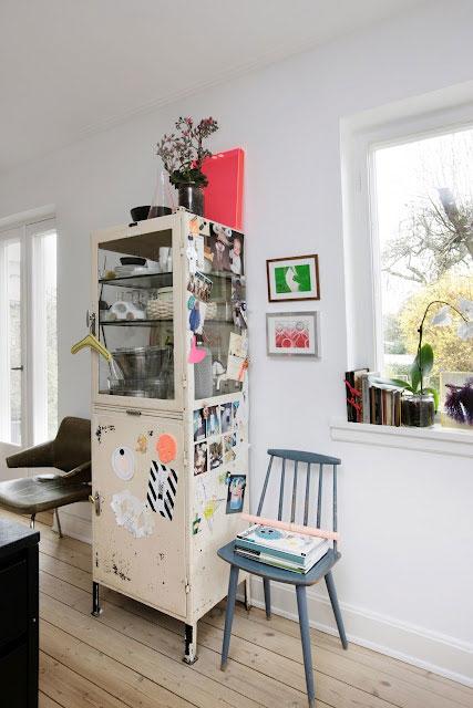 nuotraukomis, paveiksliukais apklijuota spintelė, dvi kėdės