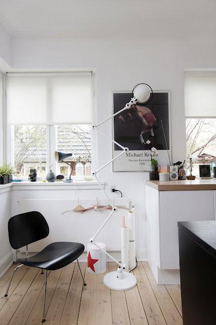 šviestuvas zigzagas, kėdė, langai, baltos sienos