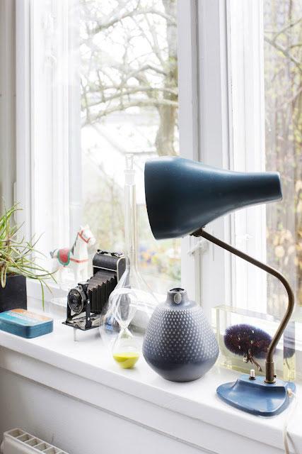 detalės ant palangės, senoviškas fotoaparatas, šviestuvas, vaza