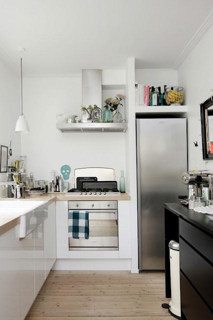 virtuvės interjeras, stalviršis, šaldytuvas