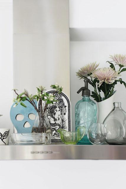 detalės virtuvėje, stikliniai indai, gėlės