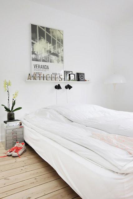 balta lova, sienos, medinės grindys, miegamąjame