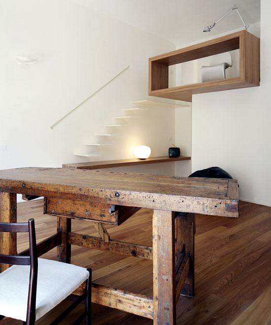 senas medinis stalas bendroje buto erdvėje