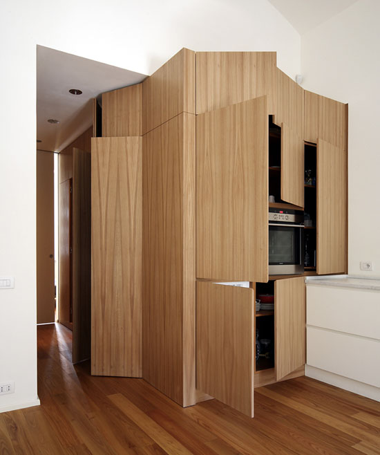 wc, vonios, skalbyklos, virtuvės įrangos blokas, atidarytos durys