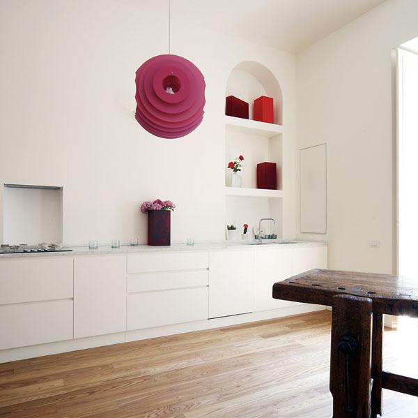 virtuvės erdvė bute, violetinis šviestuvas