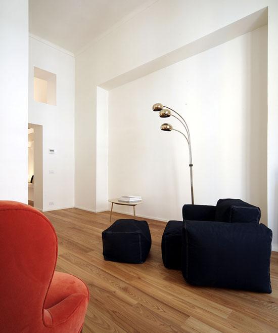foteliai, šviestuvas svetainėje