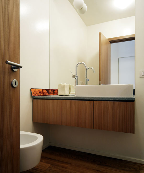 vonios interjeras, medis, baltos sienos