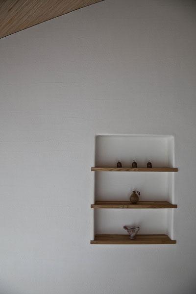 lentyna sienoje penkiakampio namo interjere