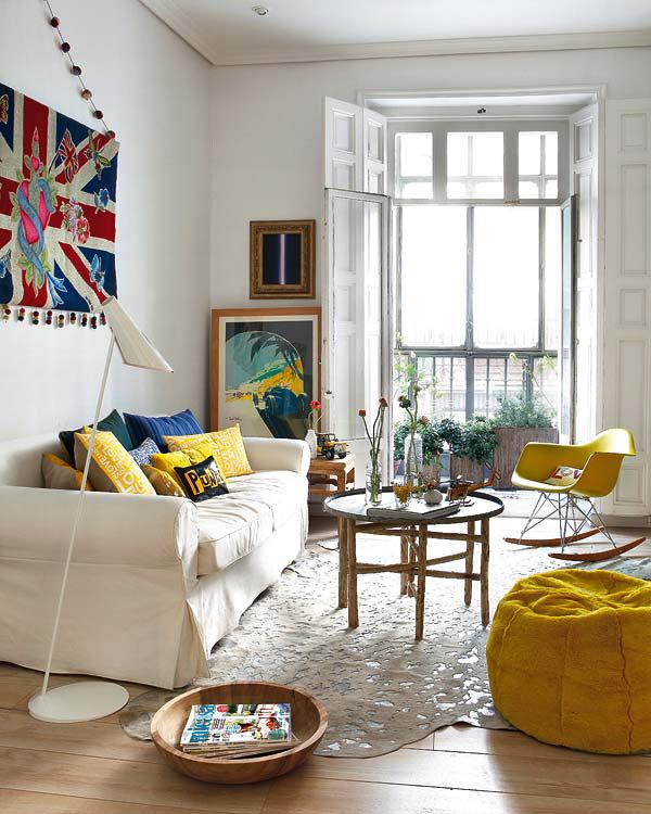 geltonas fotelis, pufas, pagalvėlės, balta sofa
