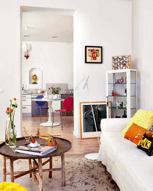 balta svetainė, valgomąjame dvi spalvotos kėdės