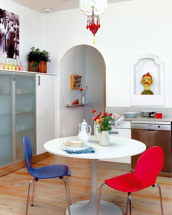 raudona, mėlyna kėdės, baltas stalas valgomąjame