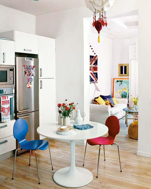kėdės, stalas, šaldytuvas valgomąjame, perspektyva į svetainę