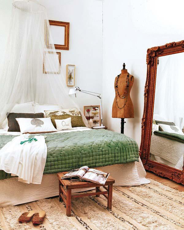 rudas veidrodis, manekenas, žalia antklodė ant lovos