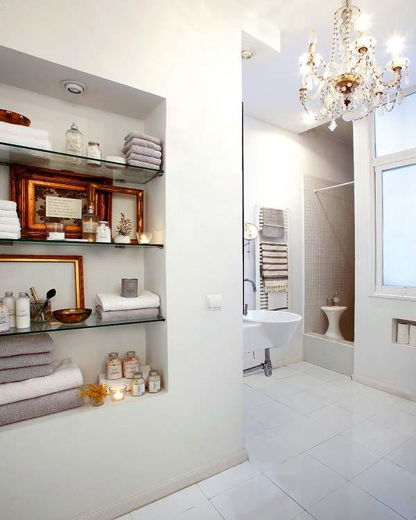 stiklinės lentynos sienoje vonios kambaryje