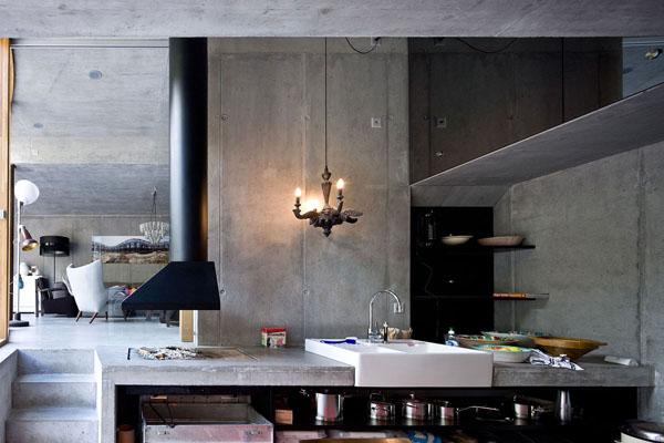 juodas garo surinktuvas, betoninės sienos virtuvėje