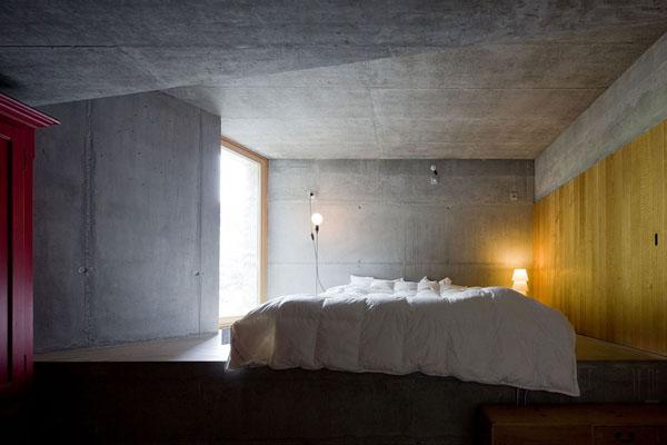 betoninės sienos, lubos miegamąjame, geltona, raudona