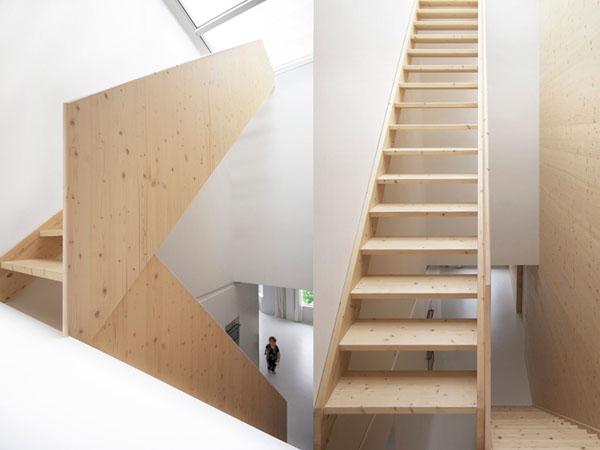 šviesios pušies laiptai, baltos sienos