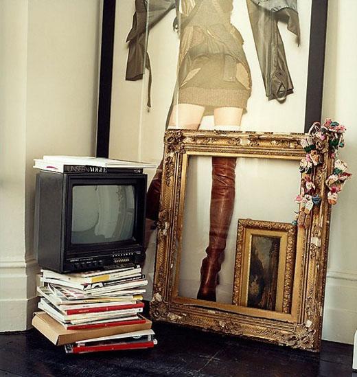 televizorius ant knygų, paveikslas, rėmai