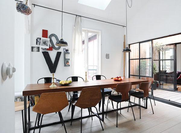 medinis valgomojo stalas, medinės kėdės, ant metalinių kojų