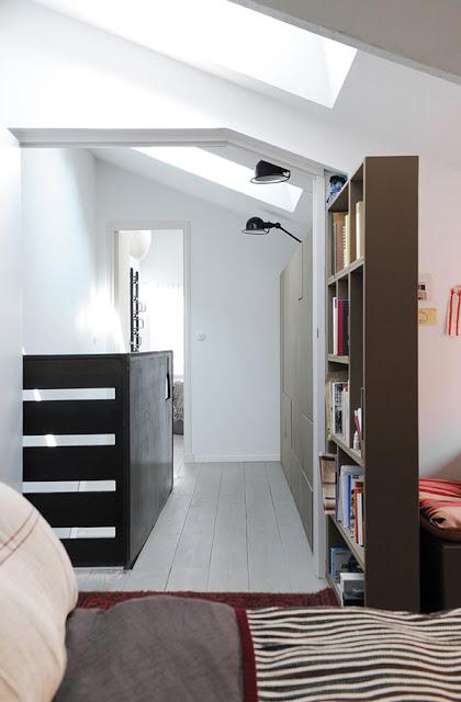 koridorius, lentyna su knygomis