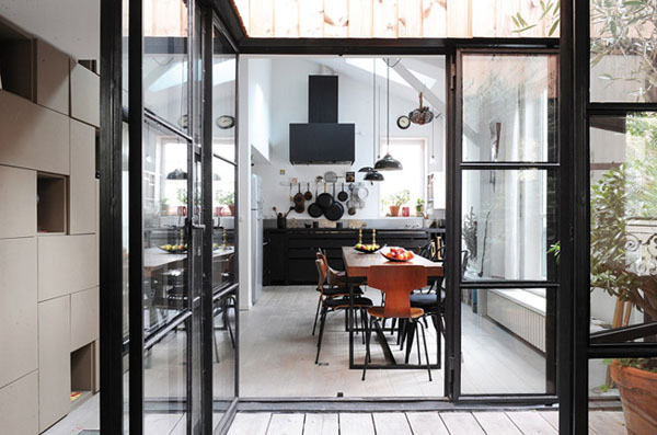 virtuvė, vaizdas pro stiklines duris