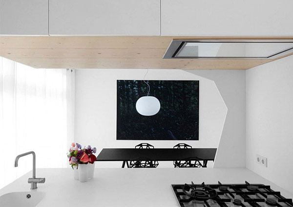 balta virtuvė, vaizdas iš virtuvės į valgomąjį