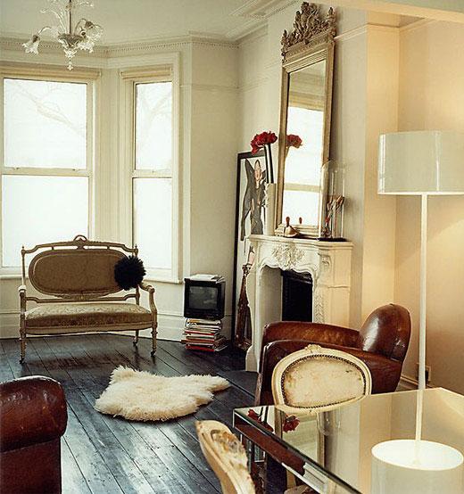 foteliai, židinys, veidrodis, stalas