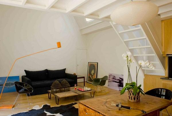 bendra sudijos erdvė, oranžinis šviestuvas, šviesios medienos detalės