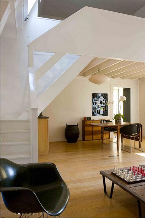 bendra studijos erdvė, balti laiptai