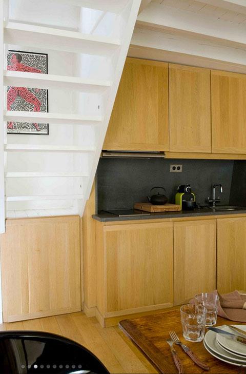 šviesaus medžio virtuvinės spintelės, paveikslas ant laiptų