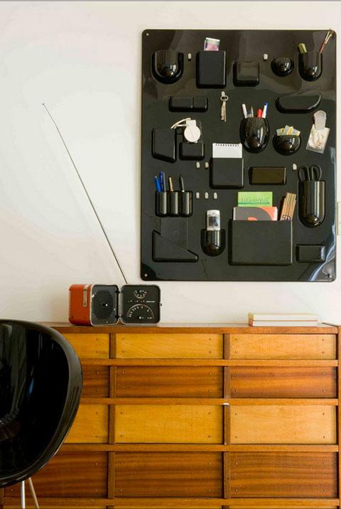 šviesaus medžio komoda, juodas dėklas smulkmenoms ant sienos