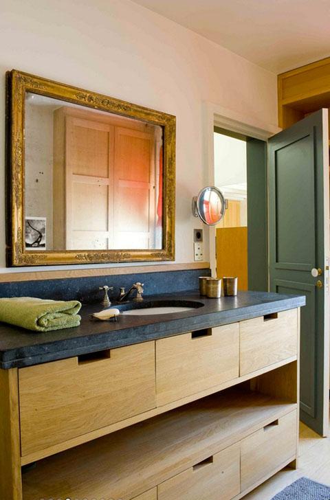 mėlynas stalviršis vonioje, žalsvos durys