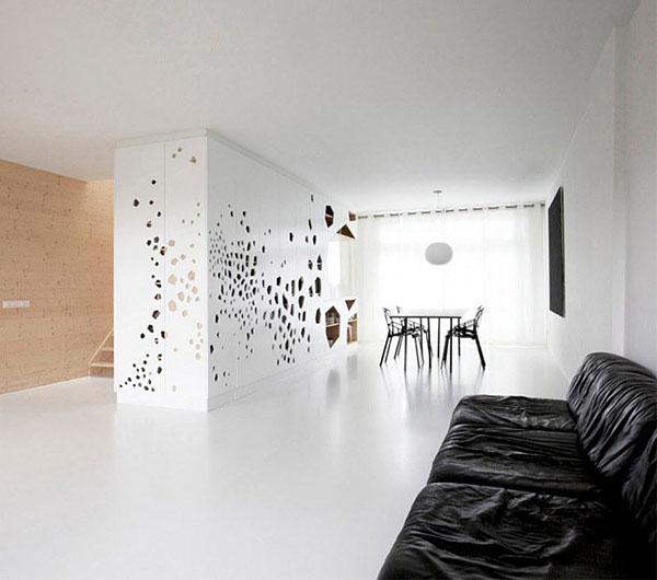 lazeriu atliktomis išpjovomis dekoruota siena