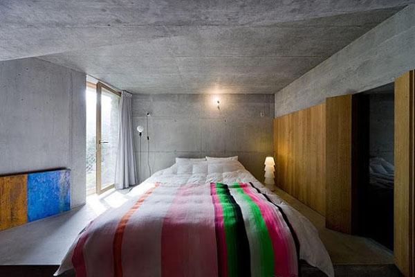 betoninės sienos, lubos miegamąjame, medinė sienspintė