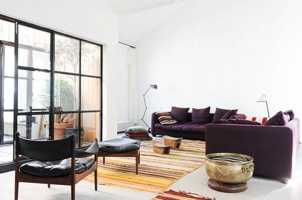 svetainė, violetinės sofos, pagalvėlės