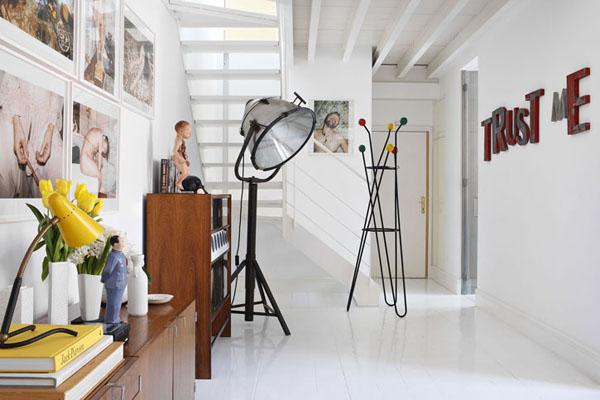 Šviestuvai, spintelės, nuotraukos, laiptai prieškambaryje