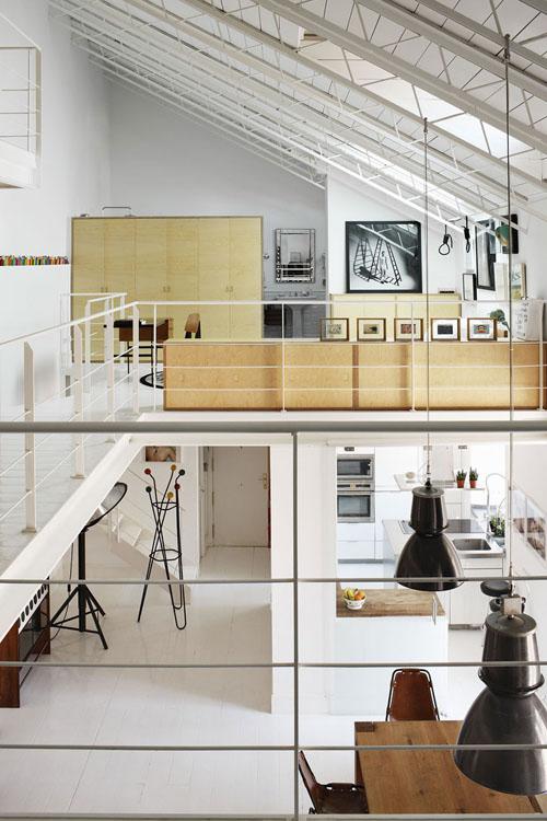 lofto erdvė, svetainė apačioje, miegamasis, vonios kambarys viršuje