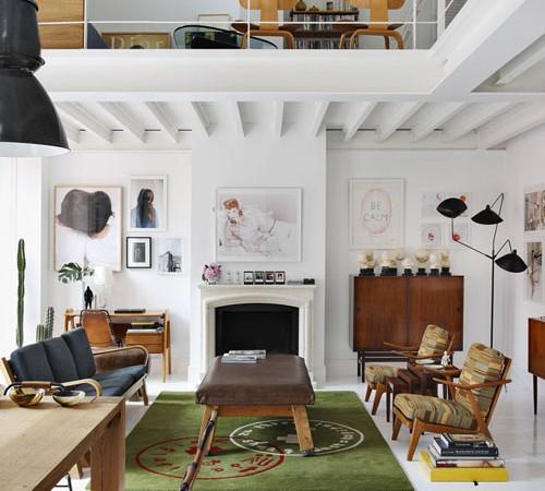 lofto erdvė, svetainė apačioje, poilsio kambarys viršuje