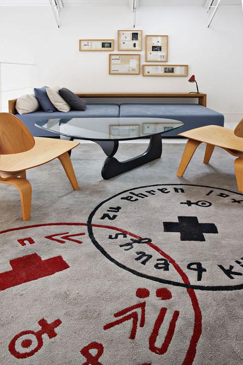 lova, medinės kėdės, stiklinis stalas poilsio kambaryje