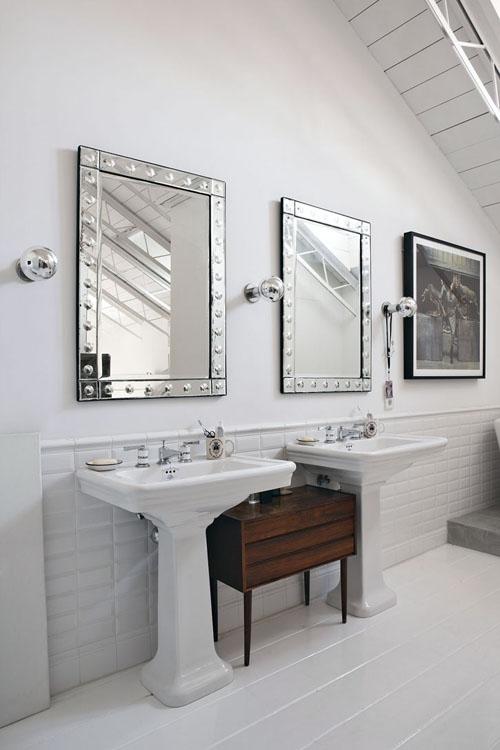 blizgantys, metaliniai veidrodžių rėmeliai, baltos plytelės vonios kambaryje