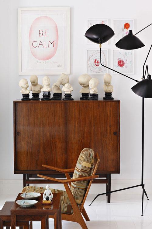 spintelė, fotelis, šviestuvas svetainėje