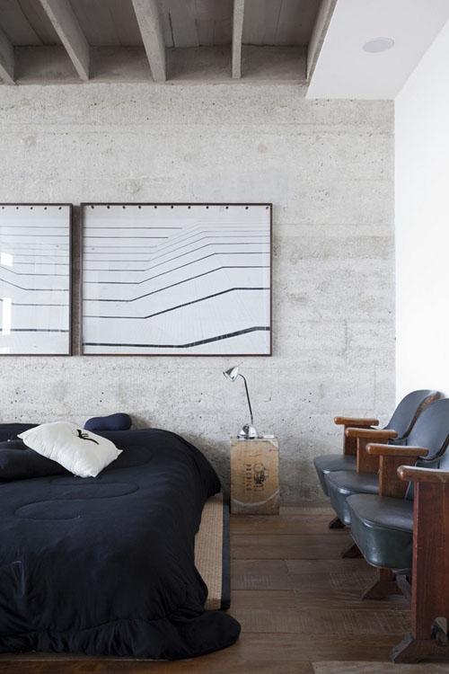 betoninė siena, lubų sijos, paveikslas miegamąjame
