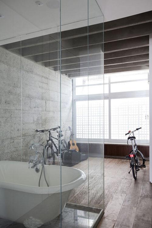 stiklinė vonios dušo kabina su vonia, dviračiai