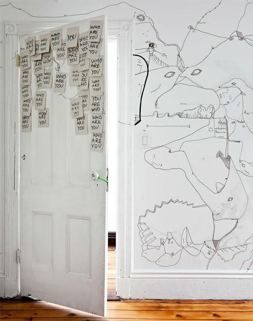 piešiniai ant sienų, popieriaus lapeliai ant durų