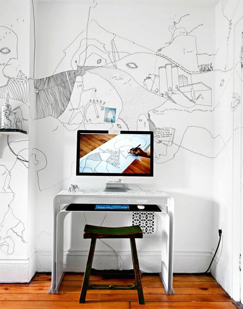 piešiniai ant sienų, kompiuterio monitorius, stalas, taburetė