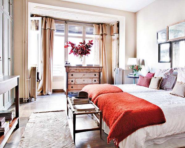 mediniai baldai, staliukas prie lovos kojūgalio miegamąjame