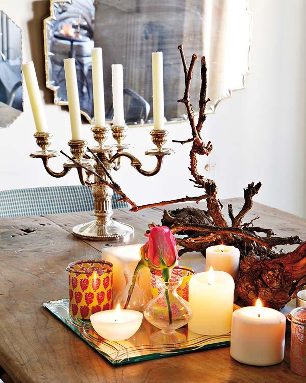 baltos žvakės, žvakidė ant medinio stalo