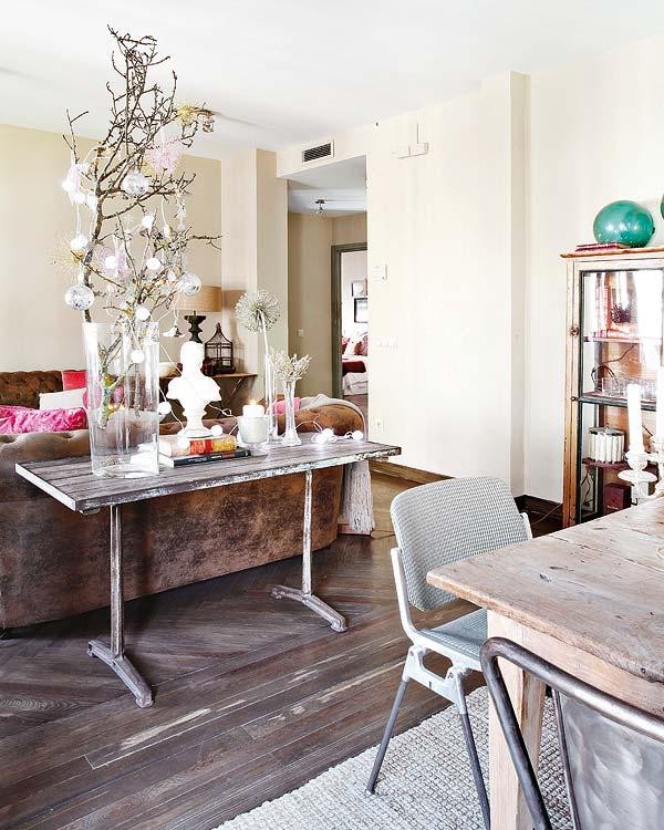staliukas už sofos svetainėje