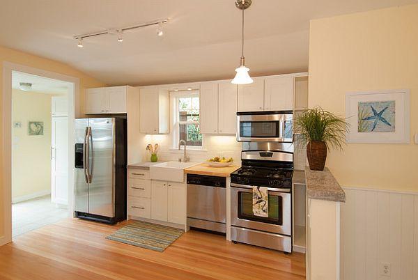baltos spalvos virtuvės spintelės vienoje linijoje, langas